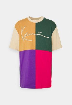 SIGNATURE BLOCK TEE UNISEX - T-shirts med print - sand