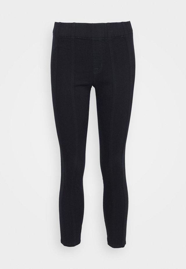 DELLAH - Jeans slim fit - magna