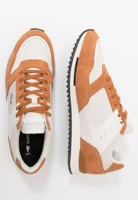 Lacoste - PARTNER PISTE - Sneakers laag - brown/offwhite - 1