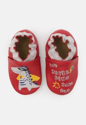 POWERFULL DINO - První boty - rouge