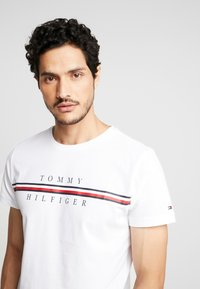 Tommy Hilfiger - CORP SPLIT TEE - T-shirt con stampa - white - 3