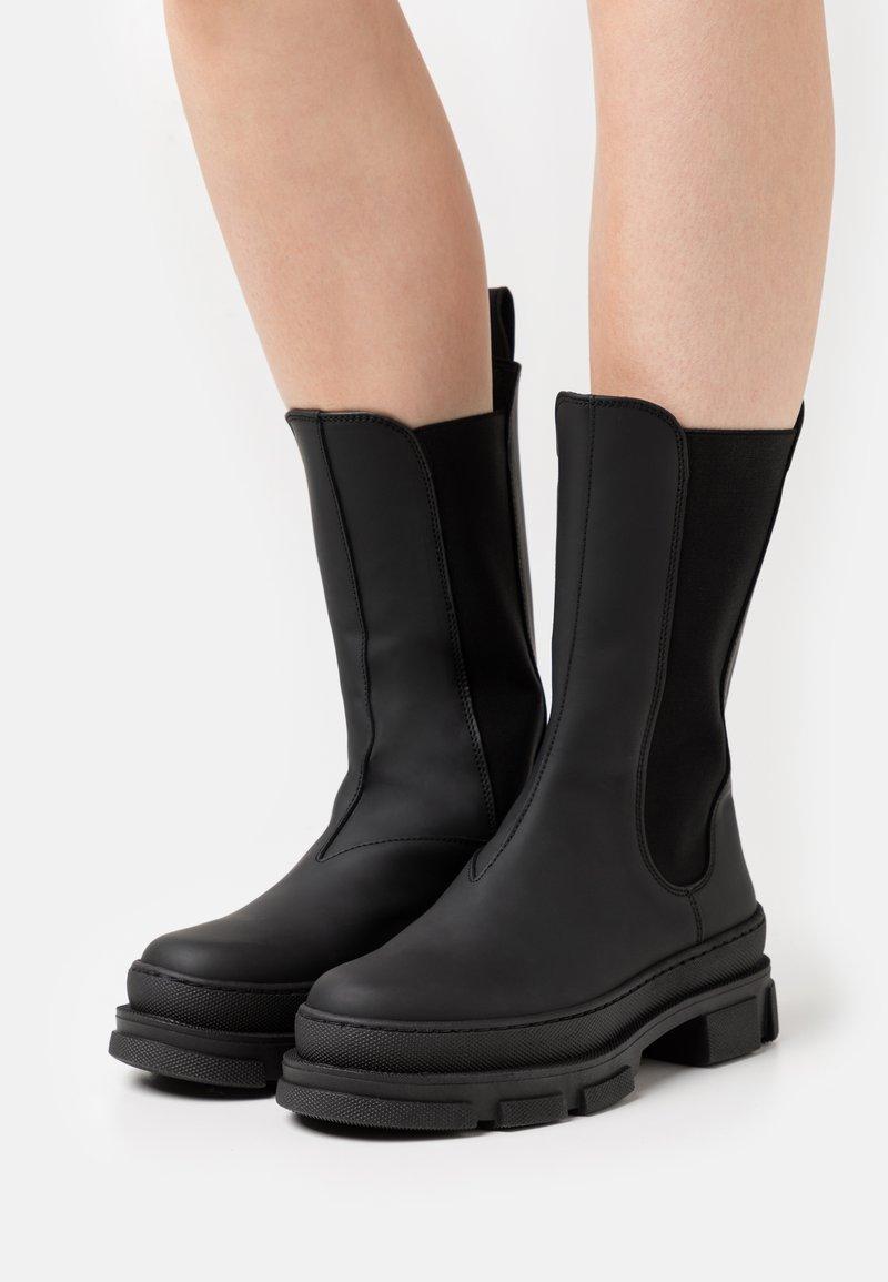 GARMENT PROJECT - ELISE CHELSEA - Platåstøvler - black