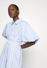 Mossman - THE CRYSTAL SEA DRESS - Košilové šaty - blue/white - 3