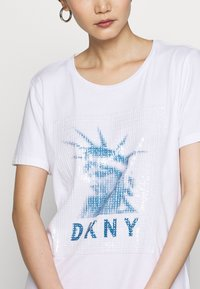 DKNY - LADY LIBERTY SEQUIN LOGO  - T-shirts print - white/electric blue - 5