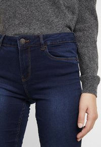 Vero Moda - VMSEVEN SHAPE UP - Jeans Skinny Fit - dark blue denim - 5
