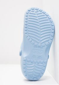 Crocs - CLASSIC - Pantuflas - chambray blue - 5