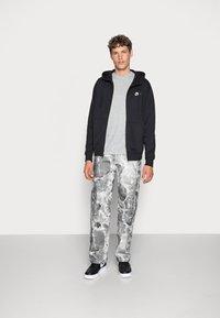 Nike Sportswear - M NSW FZ FT - Felpa con zip - black/white - 1