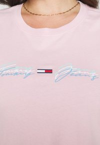Tommy Jeans Curve - LINEAR LOGO TEE - Print T-shirt - romantic pink - 5