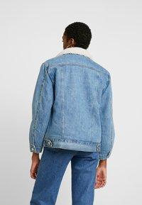 Topshop - BORG LINED JACKET - Veste en jean - mid blue - 2