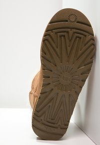 UGG - BAILEY - Botki - chestnut - 5