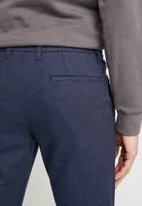 Selected Homme - SLHSLIM ARVAL PANTS - Spodnie materiałowe - navy blazer - 3