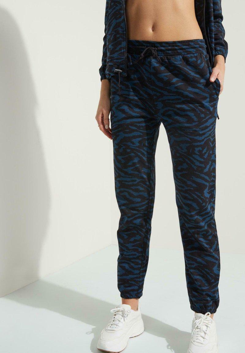 Tezenis - MIT PASPELTASCHEN - Tracksuit bottoms -  blu grafite st.zebra