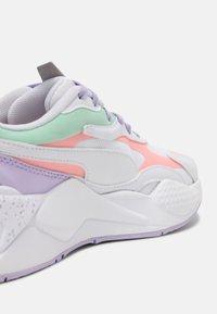 Puma - RS-X³PASTEL MIX - Sneakers laag - puma white/elektro peach/mist green - 5