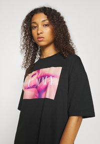 Even&Odd - Basic oversized T-Shirt Dress - Sukienka z dżerseju - black/ pink - 3