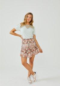 Aaiko - ALIYA - Pleated skirt - terra dessin - 1