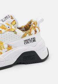 Versace Jeans Couture - Sneakersy niskie - white/gold - 6