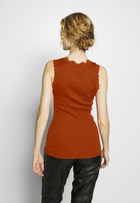 Rosemunde - SILK-MIX TOP REGULAR W/BUTTON & VINTAGE LACE - Topper - red ochre - 2