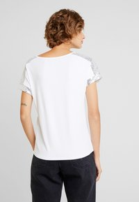 Anna Field - SEQUIN TRIM  - Print T-shirt - white/silver - 2
