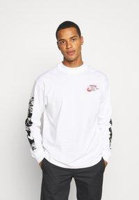 Nike Sportswear - MOCK TEE PUNK PACK - Top sdlouhým rukávem - white - 0