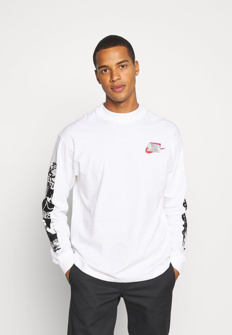 Nike Sportswear - MOCK TEE PUNK PACK - Top sdlouhým rukávem - white