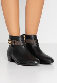 MICHAEL Michael Kors - HARLAND - Ankle boots - black/brown - 0