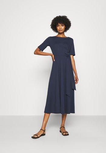 GERANIO - Žerzejové šaty - blue