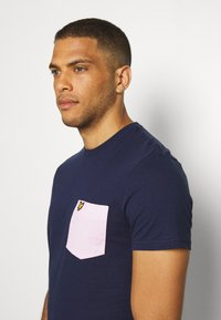 Lyle & Scott - CONTRAST POCKET - Print T-shirt - navy/ dusky lilac - 3