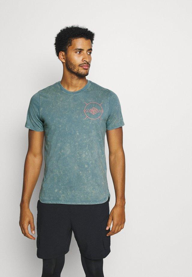 RUN ANYWHERE - T-shirt con stampa - lichen blue