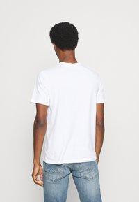 GAP - SANTA MICKEY - Print T-shirt - white global - 2