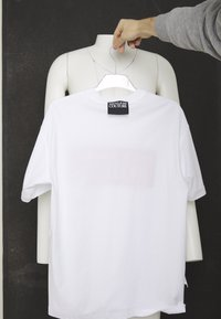 Versace Jeans Couture - CHEST LOGO - T-shirt print - white - 4