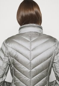 MICHAEL Michael Kors - SHORT PACKABLE PUFFER - Daunenjacke - concrete - 7