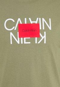 Calvin Klein - TEXT REVERSED LOGO  - T-shirt con stampa - green - 2