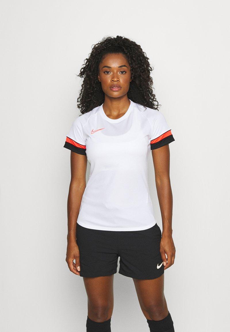 Nike Performance - W NK DF ACADEMY21  - T-shirt sportiva - white/black/bright crimson
