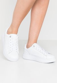 Tommy Hilfiger - CUPSOLE - Trainers - white - 0