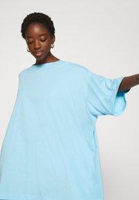 Weekday - HUGE - Basic T-shirt - light blue - 3