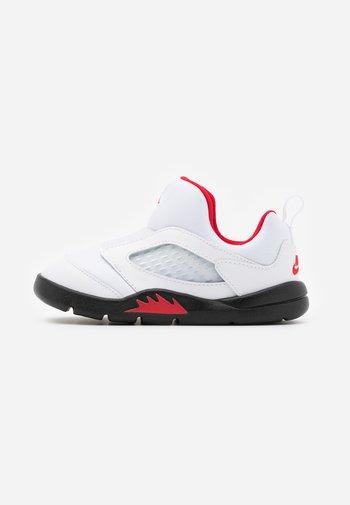 5 RETRO LITTLE FLEX UNISEX - Basketball shoes - white/university red/black