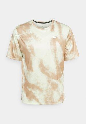 WILD RUN MILER - T-shirts med print - hemp/reflective silv