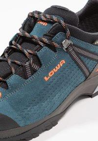 Lowa - LEDRO GTX  - Obuwie hikingowe - petrol/orange - 5
