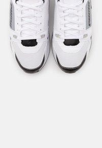 Puma - VEGAN MILE RIDER SUNNY GATAWAY WN'S - Sneakersy niskie - white/black - 5