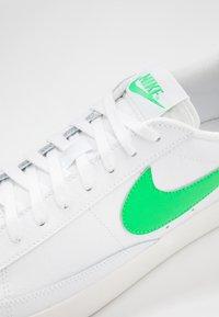 Nike Sportswear - BLAZER - Tenisky - white/green spark/sail - 7