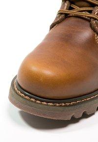 Cat Footwear - COLORADO - Šněrovací kotníkové boty - golden - 8