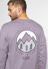 Columbia - CADES COVELS GRAPHIC TEE - Top sdlouhým rukávem - shale purple - 4