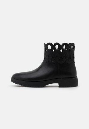 FRIEDA - Kotníkové boty na platformě - black