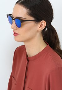 Ray-Ban - CLUBMASTER - Sunglasses - brown/blue - 4
