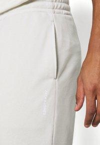 Jack & Jones Performance - JCOZTERRY TRACK SUIT SET - Dres - light grey - 7
