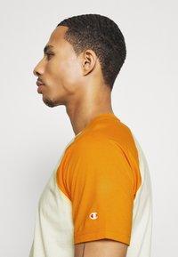 Champion - LEGACY CREWNECK  - Camiseta estampada - off-white/yellow - 3
