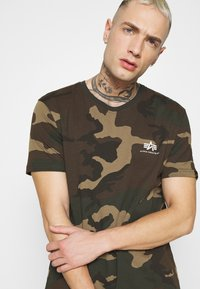 Alpha Industries - T-shirt z nadrukiem - mottley green - 3