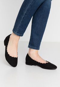 Dorothy Perkins - PALET SCALLOP ROUND TOE - Ballet pumps - black - 0