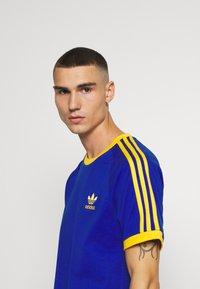 adidas Originals - 3 STRIPES TEE UNISEX - Print T-shirt - royblu/actgol - 3