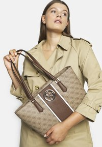 Guess - OPEN ROAD  - Bolso shopping - brown - 1